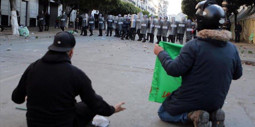 Cezayirli Öğrencilerden 'Buteflika Rejimi Temsilcilerine' Karşı Protesto