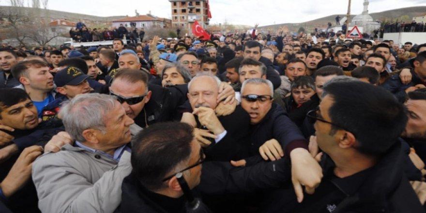 """Kılıçdaroğlu """"Şehit Cenazesi""""nde Protesto Edilip Darp Edildi"""