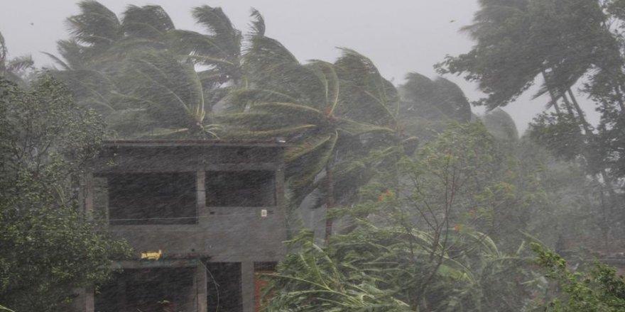 Hindistan'da Beklenen Fani Kasırgası Karaya Ulaştı