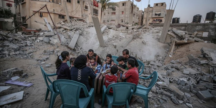 Filistinli Aile Siyonist İsrail'in Bombaladığı Evlerinin Yanında İftar Açtılar