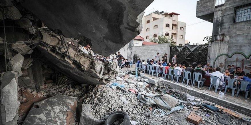 Filistinliler Gazze'de Yıkılan Evlerin Arasında İftar Yaptı