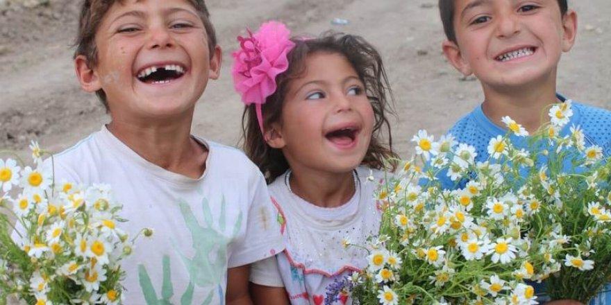 Muş'un Köylerinde 200'den Fazla Çocuğa Bayramlık Dağıtıldı