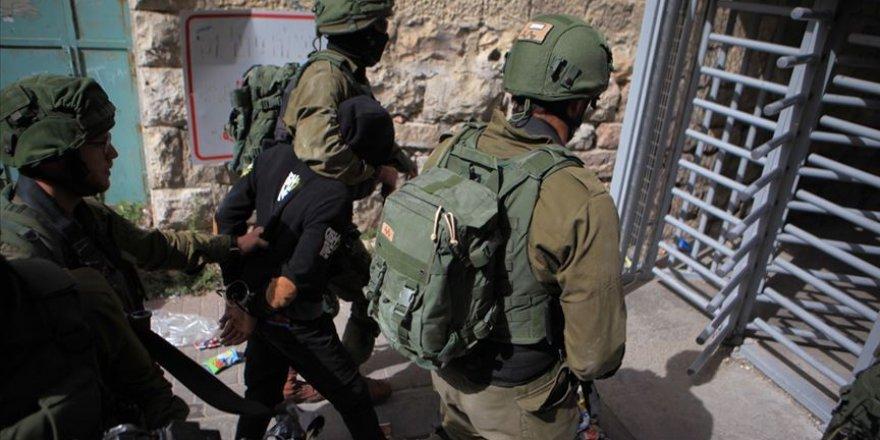 İşgal Güçleri 12 Filistinliyi Gözaltına Aldı