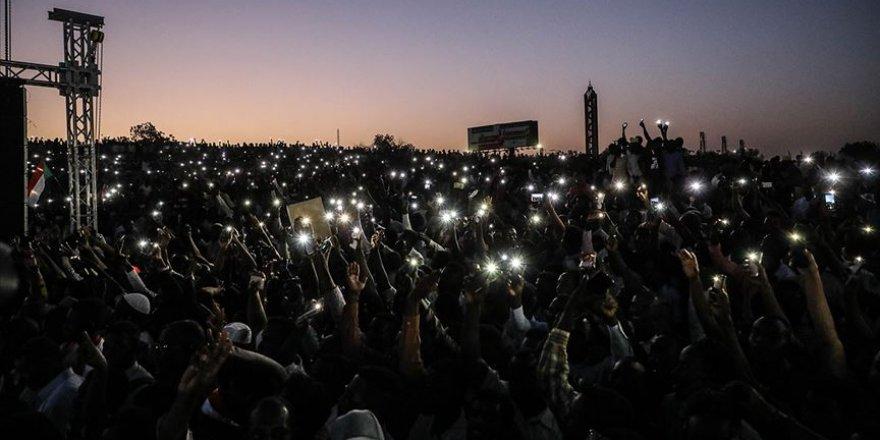 Sudan'da Gece Boyunca Gösteriler Düzenlendi