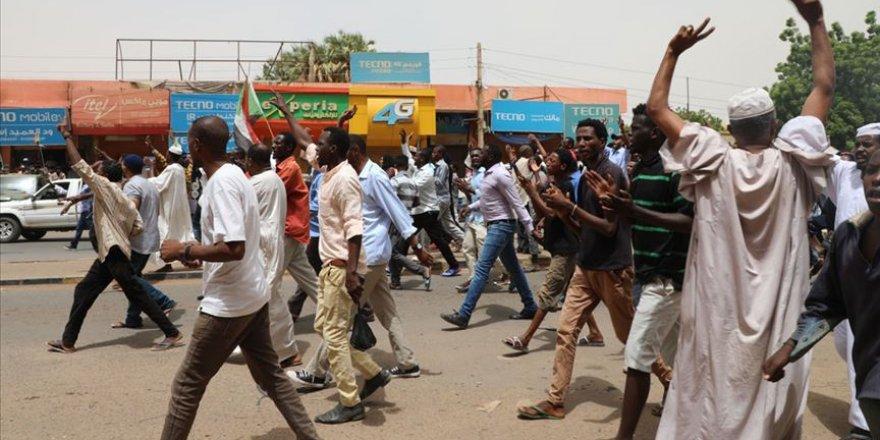 Sudan'da Binlerce Kişi Sivil Yönetim Talebiyle Sokaklara Çıktı