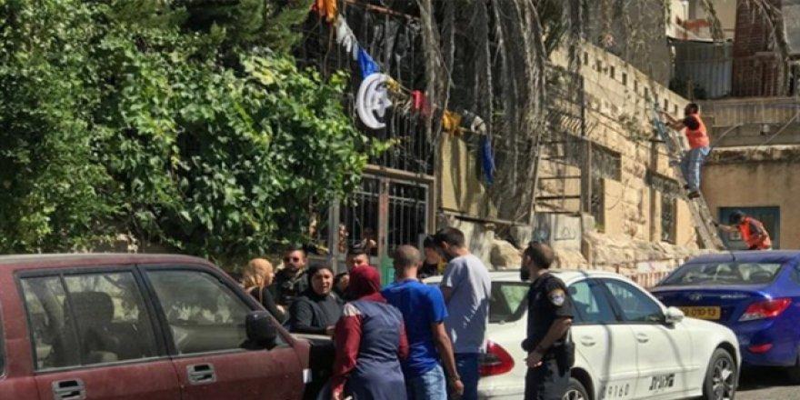 Siyonistler Kudüs'te Filistinli Bir Aileyi Zorla Evinden Çıkardı