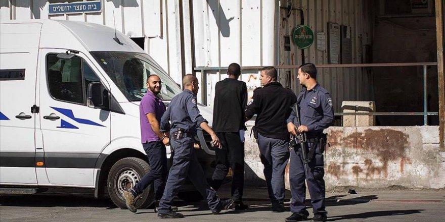 Siyonist İsrail AA Muhabirini Yeniden Sınır Dışı Merkezine Götürüyor