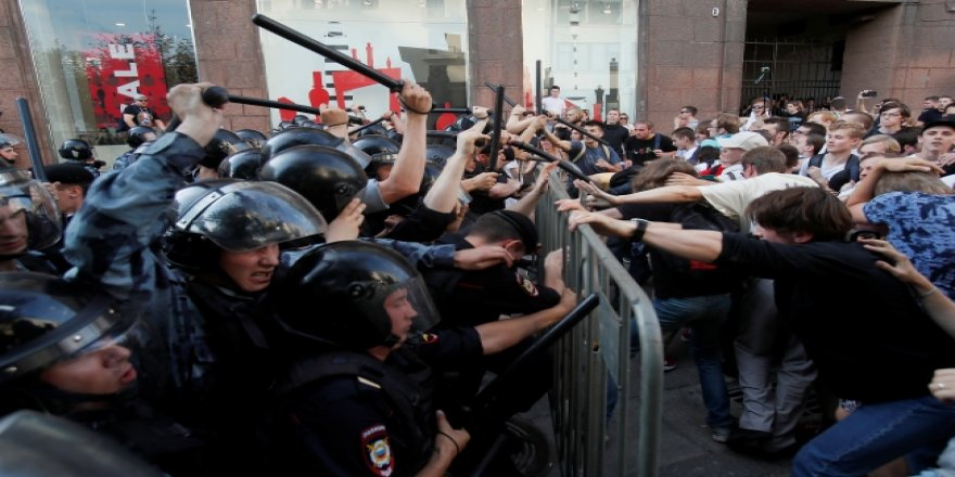 Rusya'daki Seçim Protestolarında 400 Kişi Gözaltına Alındı