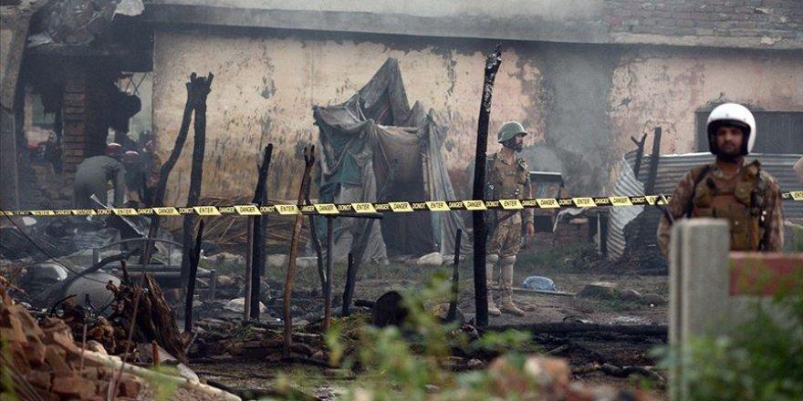 Pakistan'da Askeri Eğitim Uçağı Evlerin Arasına Düştü