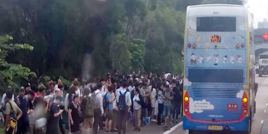 Hong Kong'da İki Otobüs Çarpıştı: 77 Yaralı