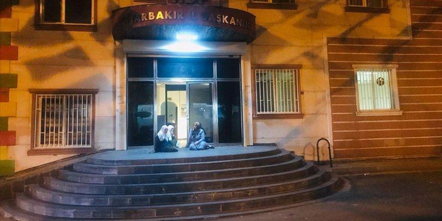 Dağa Kaçırıldığını İddia Ettiği Oğlu İçin HDP Önünde Oturma Eylemine Başladı