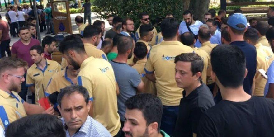 İmamoğlu'nun İşten Çıkardığı İBB Çalışanları Oturma Eylemi Yaptı