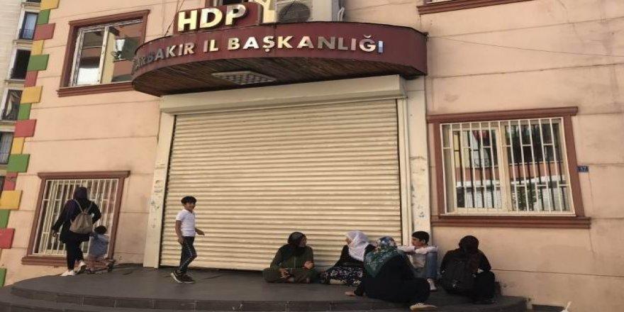 Diyarbakır'da 4 Aile HDP Binası Önünde Oturma Eylemi Gerçekleştiriyor