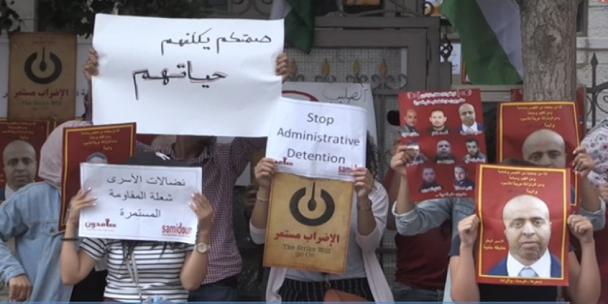 Filistinliler Kızılhaç'ı Protesto Etti