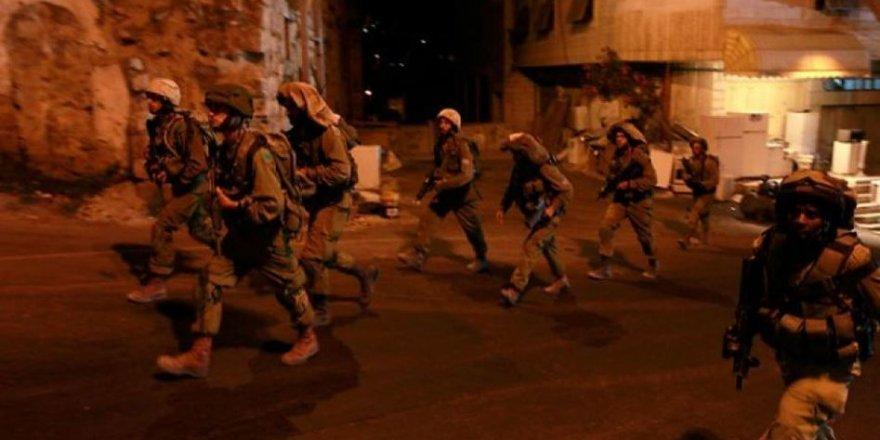 İşgal Güçleri Gece Baskınlarında 14 Filistinliyi Gözaltına Aldı