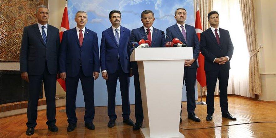 Davutoğlu: Yeni Bir Başlangıç İçin AK Parti'den İstifa Ediyorum