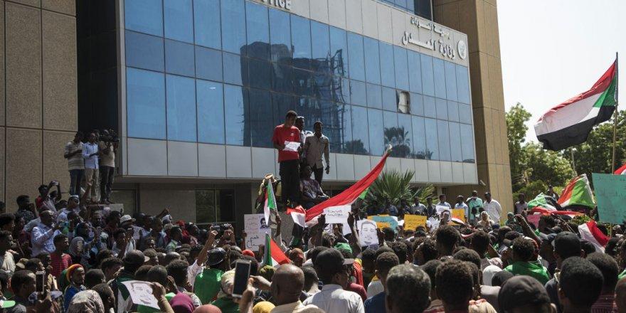 Sudan'da Beşir Rejiminin Sembol İsimlerinin Yargılanması Talebiyle Protesto Düzenlendi
