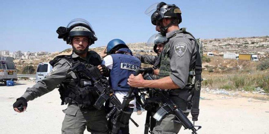 'İsrail Gazze'deki Gösterileri Takip Eden Gazetecileri Kasten Hedef Alıyor'