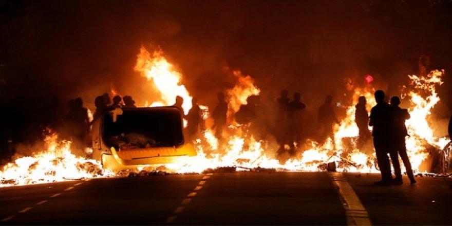 Katalan Göstericiler Barcelona Sokaklarını Ateşe Verdi