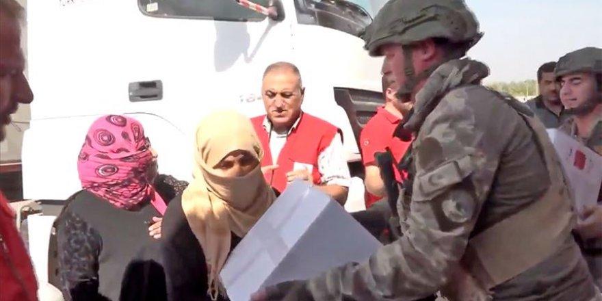 TSK Tel Abyad'da İnsani Yardım Malzemesi Dağıttı