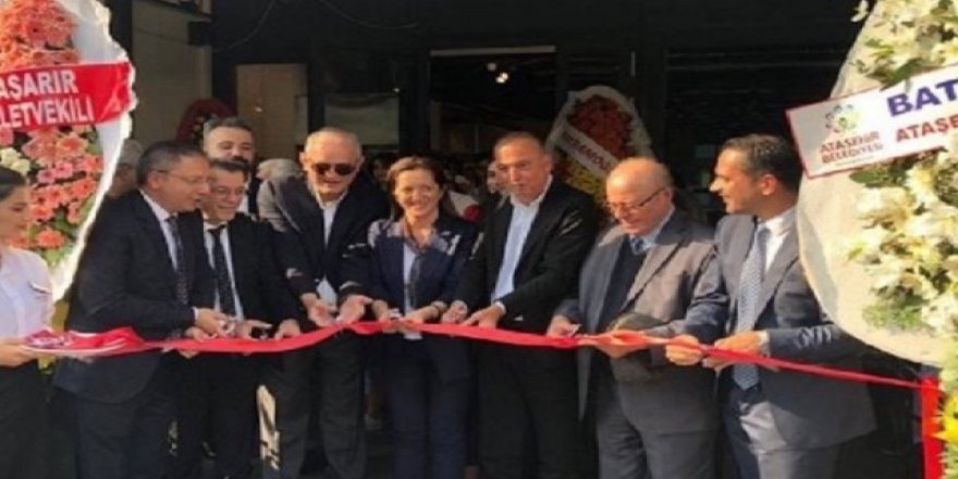 İşçiler Direnişte, DİSK Başkanıyla Belediye Başkanı Kafe Açılışında!