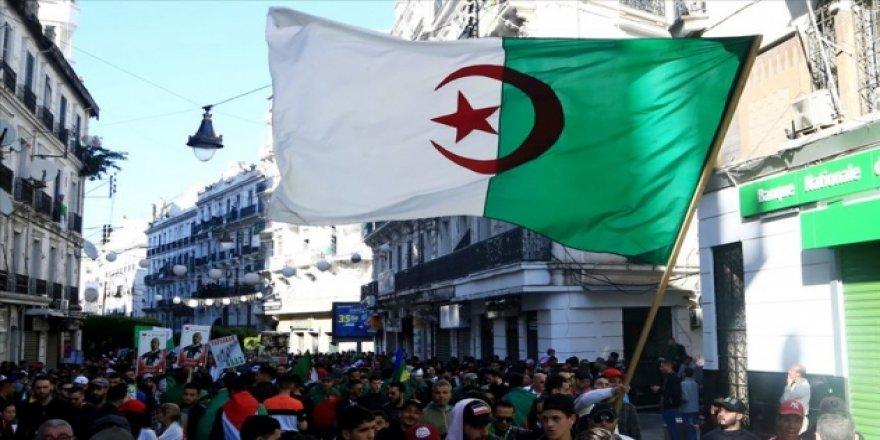 Cezayir'de Cumhurbaşkanlığı Seçimi Adayları Açıklandı