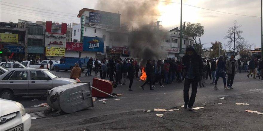 İran'daki Gösterilerde Devrim Muhafızları ve Besiç Güçlerinden 3 Kişi Öldü