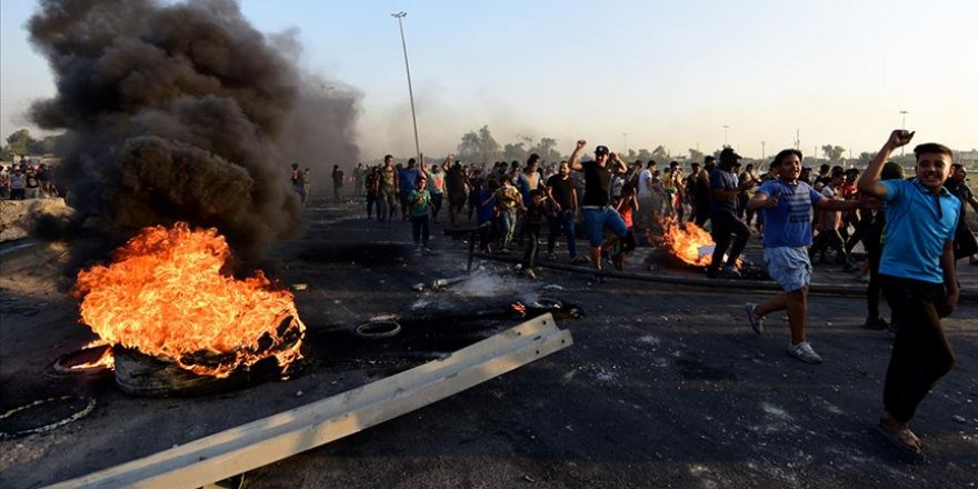 Iraklı Göstericiler Basra'da Petrol Kuyularına Giden Yolu Kapattı