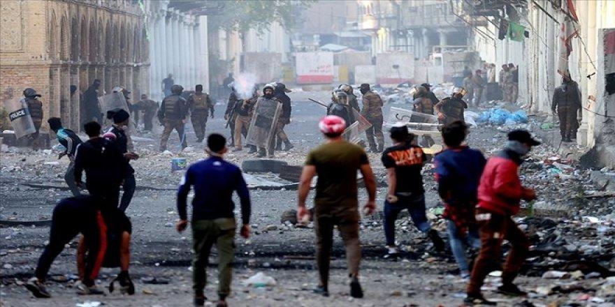 Irak'ta Göstericiler Necef'teki İran Başkonsolosluğunu Ateşe Verdi