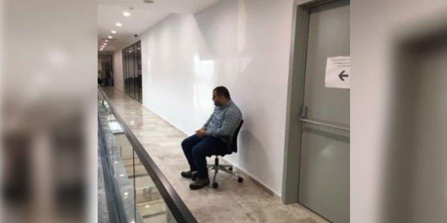 Mağrur(!) Belediye Başkan Yardımcısı, Önünde Kalkmayan Gence Ceza Verdi
