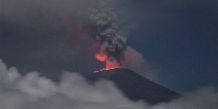 Yeni Zelanda'da Yanardağ Lav Püskürtmeye Başladı: 1 Ölü, 20'den Fazla Kayıp Var