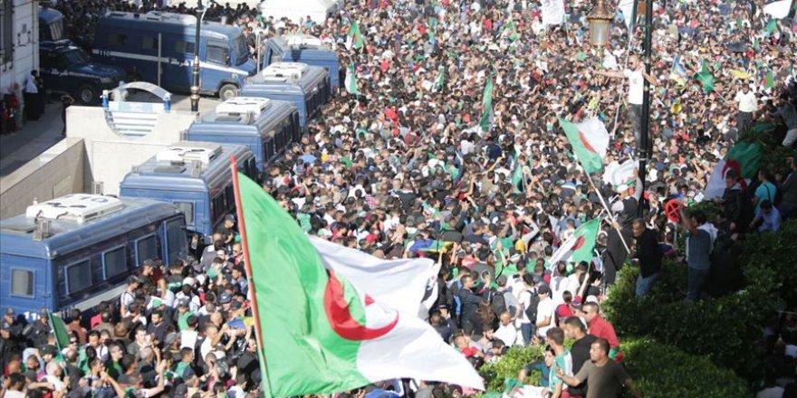 Cezayir'de Göstericiler 'Köklü Değişiklik' Talebiyle Meydanlarda