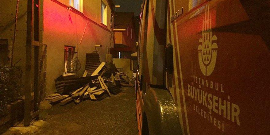 İstanbul'da Fırtına Nedeniyle İki Binanın Çatısı Uçtu