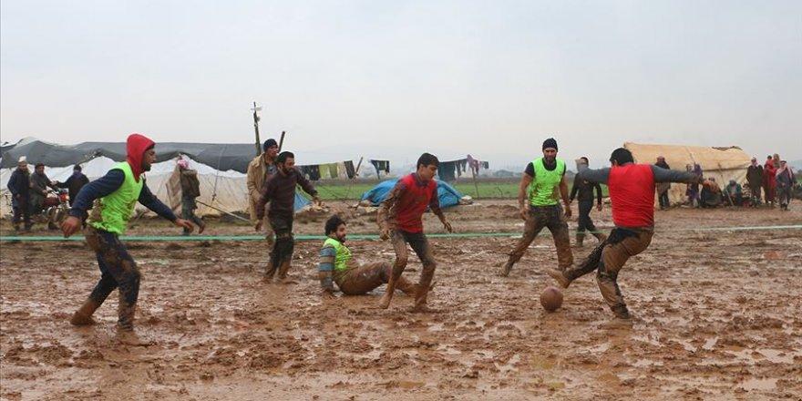 İdlib'de'Yağmur Çamur Demeden' Yapılan Futbol Maçı Çocukların Yüzünü Güldürdü