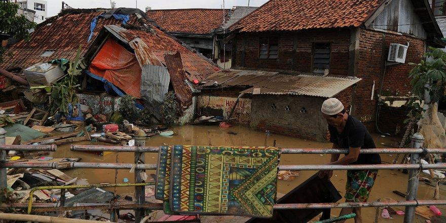 Endonezya'daki Selde Ölü Sayısı 60'a Yükseldi