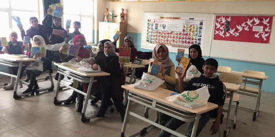 Tatvan'da Öğrencilere Karne Hediyesi Dağıtıldı