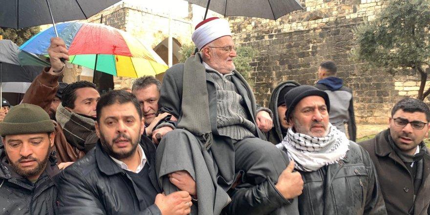 Filistinlilerden Siyonist İsrail'e Cevap: Şeyh İkrime Sabri'yi Omuzlarında Taşıyarak Mescid-i Aksa'ya Götürdüler!