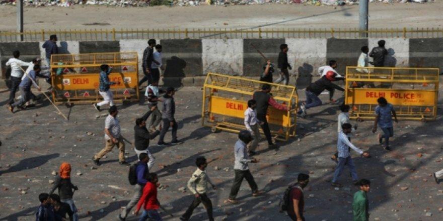 Hindistan'da Protestolar Şiddet Olaylarına Dönüştü