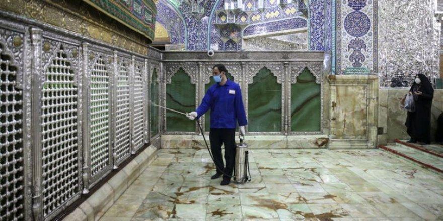 İran'da Türbe Tapıcılığı Virüs Dinlemiyor!