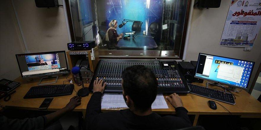 Gazze'de Eğitim, Radyo ve Sosyal Paylaşım Siteleri Üzerinden Veriliyor