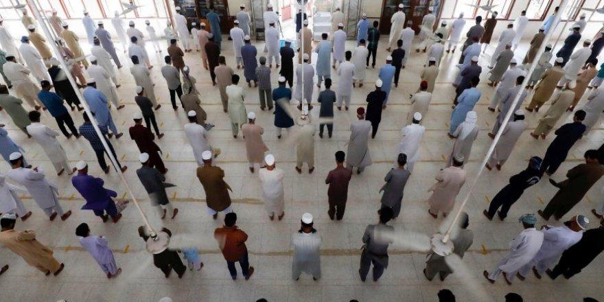 Pakistan'da Cemaatle Namaz Kılma Yasağı Kaldırıldı