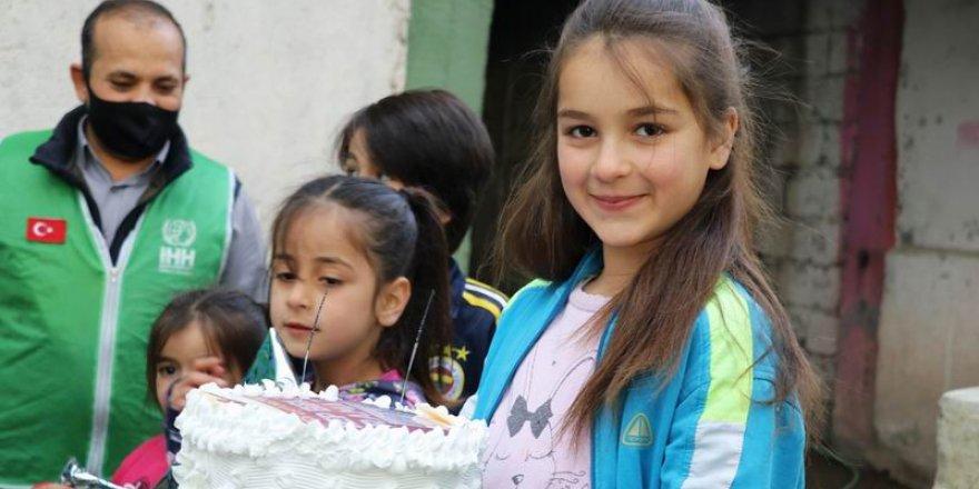 Yetim Çocuklar Yaş Pasta ve Hediyelerle Sevindirildi