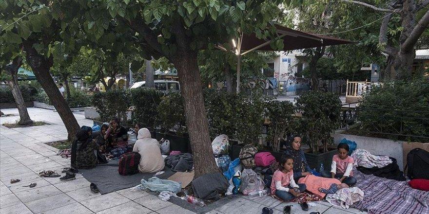 Yunanistan'da Mülteciler Meydanlarda Sabahlıyor