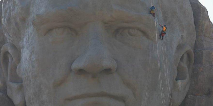 Suriye ve Libya'yı Bırakın, Heykel ve Müzeye Sarılın