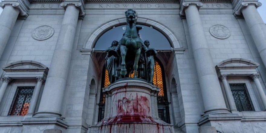 New York'ta Doğa Tarihi Müzesi Önündeki Irkçı Roosevelt Heykeli Kaldırılıyor