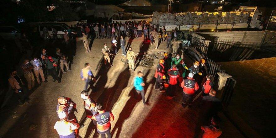 Van'da Depremde Hasar Gören Mahallede Çadır Kurulumuna Başlandı