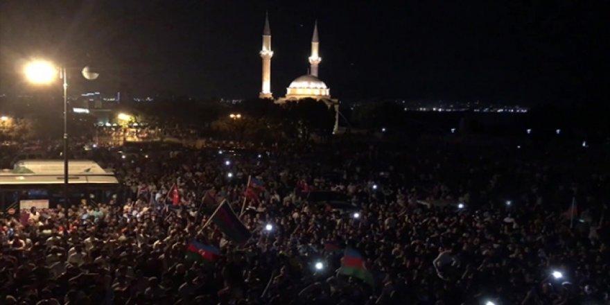Azerbaycan'da Halk Seferberlik Talebiyle Milli Meclis Önünde Toplandı