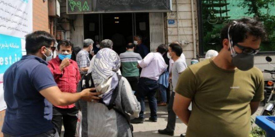 İran'da Koronavirüs Korkusu Nedeniyle Test Merkezinde Kuyruk Oluştu