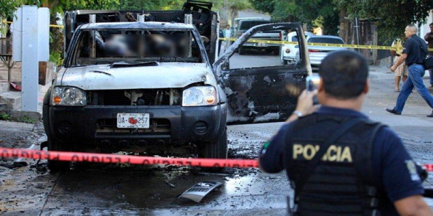 Meksika'da ABD'ye su verme protestosunda göstericiler araçları ateşe verdi