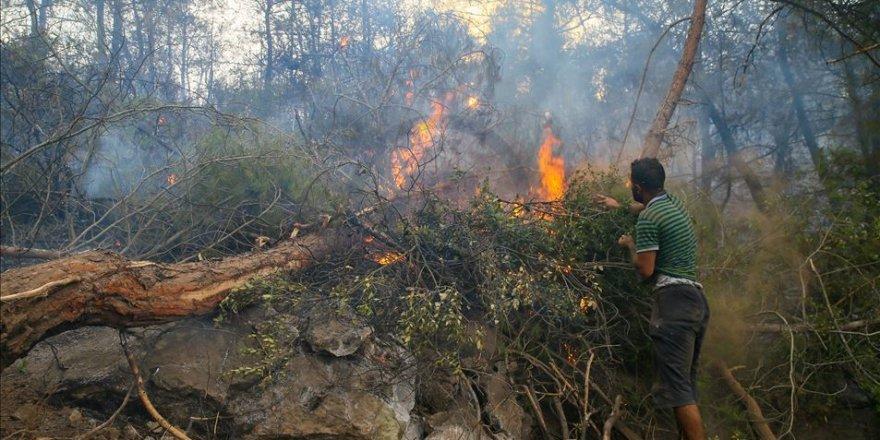 Suriyeli genç, İzmir'deki yangını söndürmek için avuçlarıyla toprak taşıdı